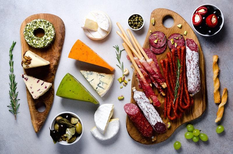 tablas de quesos de colores y fiambres