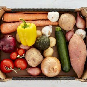 caja con cebolla, patat, ajo pimeinto,calbacin y tomates