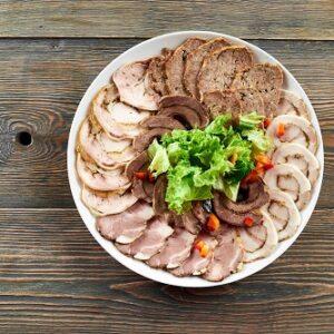 plato de carne relelna sobre fondo de madera