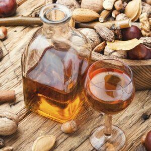 botella y comp con licor y frutossecos al alrededor