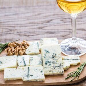 queso roquefort con nueces y copa de vino blanco