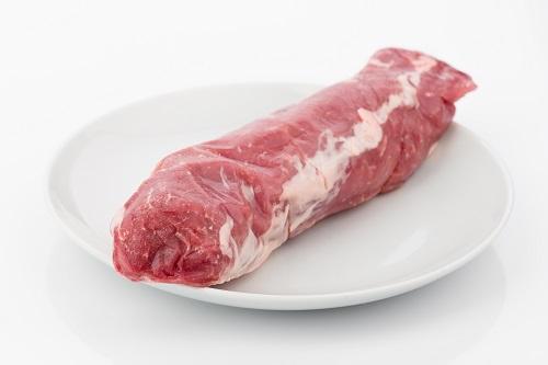 solomillo de cerdo entero sobre plato